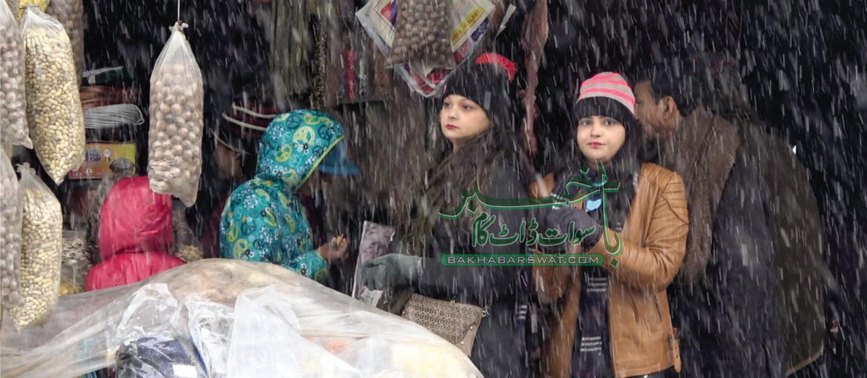 سوات، دوسرے روز بھی بارش و برف باری، سیاحوں کی آمد کا سلسلہ جاری